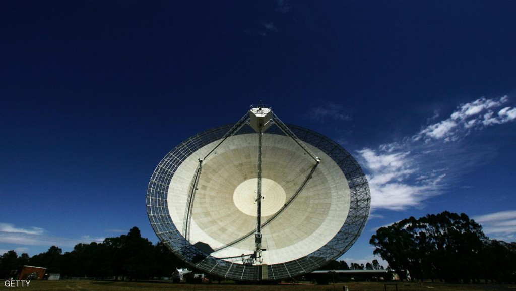 """PARKES, AUSTRALIA - OCTOBER 27:  (EDITORS NOTE: A POLARIZING FILTER WAS USED IN THE CREATION OF THIS IMAGE): The Australian Commonwealth Scientific and Industrial Research Organisation's (CSIRO) Australia Telescope National Facility (ATNF) Parkes Observatory radio telescope points to the sky October 27, 2006 in Parkes, Australia. The telescope, affectionately known as """"The Dish"""" is currently observing pulsars at the centre of the Milky Way galaxy. The Dish is one of the largest radio telescopes in the Southern Hemisphere, and was used by NASA during the Apollo moon missions. The Dish also starred in a massively popular Australian movie of the same name in 2000.  (Photo by Ian Waldie/Getty Images)"""